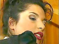 Горячая брюнетка во большой секс действием