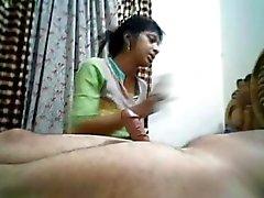 A Desi Bhabhi chupa y toma un corridas