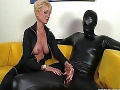 Доминант бабушки доминирует над ее рабом