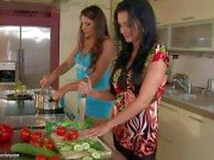 Adorable Aleta Ocean si fa leccare da Zafira nella cucina
