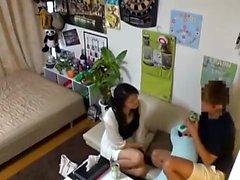 Chubby asiatisk amatör hemmafru ger en varm blowjob