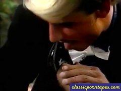 Pechos grandes en Blonde Nailed porno clásica