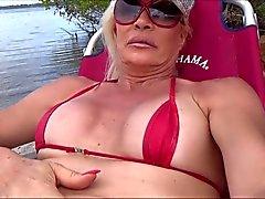 Sissy Slut in der Strand mit C Zeichenfolge und Knospe