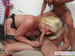 Chesty cougars Alura Jensons och Jewels Jade att dela en stort kuk