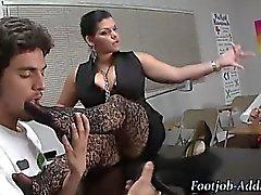 Feticismo maestro A femdom umilia studente