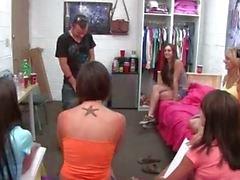 Groep van college meisjes zuigen een penis
