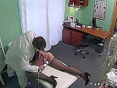 Brunette cabelo esfrega bichano com a ferramenta de massagem seu doutor