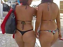 Salopes quittant la plage en bikini