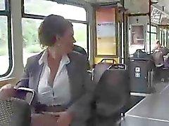 Mulher no bus leite em bombeamento de de mama