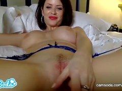 Emily Addison grandes mamas ruiva se masturbando até a buceta totalmente molhada.