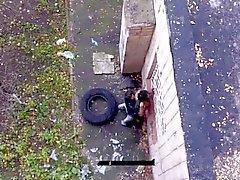 Трахает девочку у дома на улице