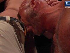 Muscle Daddy Jesse Jackman wird verhört und gefickt