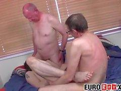 Hahn hungrig europäischen Twink genießt einen dampfigen Sex zu dritt