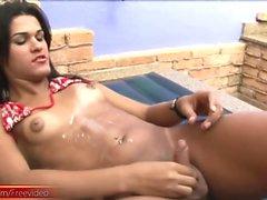 Durchgesickerten film von Teen shegirl mit geschwollenen Brustwarzen Wichsen