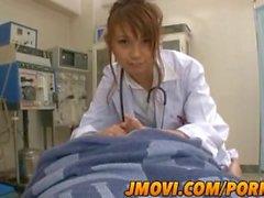 Asiatische Krankenschwester, Arisa Ebihara gibt ihr Patienten eine atemberaubende mündliche Erfahrung