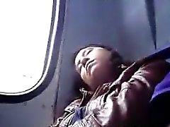 Tastenden Mädchen Auf Der Bus