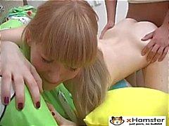 Delgadas adolescente que de Pigtailed de Irina
