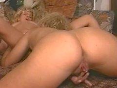 El comportamiento de los dos mujer rubia , excita a morena .