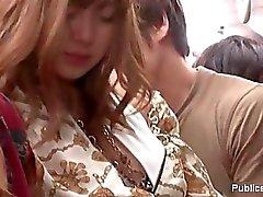 Das asiatischer hoe im dem Bus und sie