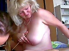 La vieja abuelita grande de la mujer gorda se divierte con la otra abuelita