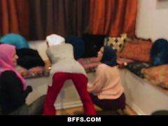 BFFS - Hot Slutty muçulmanos Adolescentes normas culturais Ruptura