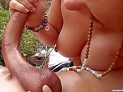 Гидромассажная Nude счастливым концом массаж на пляже