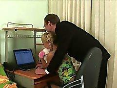Playgirl está chupando polla del maestra