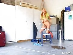 Blonde MILF teasing mit Flasche des tragen von riesigen Klopfer