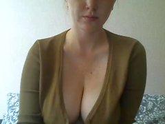 Dövmeli göğüslü kız web kamerasında oynar