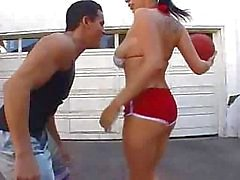 Gianna Michaels Basketball spielen