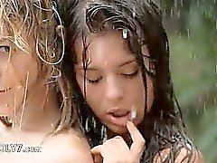 Adolescentes bonitos in the rain