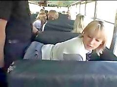 Blonda skolaflicka och asiatiska grabben inom buss