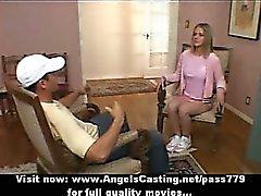 Adorable reizvoll herrlichen blondes Cheerleaderin spricht mit dem Coach