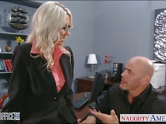 Blonde sexy Emma Starr se cloué dans les bureaux