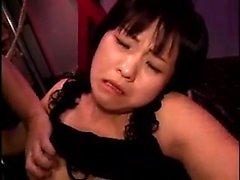 Sexy fille asiatique avec petits seins se dominé par une bande de