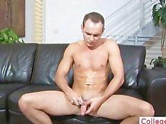 Guy fingert Arsch und wichst seines Penis Teil1