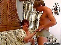 Oude dikke vrouw harde zuigen in een jongens part5