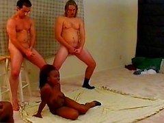 Ebony diminuta gangbang por el grifos