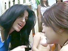 Ados lesbienne sorority Hazed en donnant bj