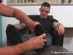 Ung och slick kille Marco får fötterna slickade och masserade