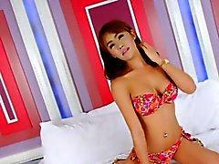 Große Titten tranny Barbara D Bezahlte Handjobs mit ihr den Schwanz die auf dem Bett