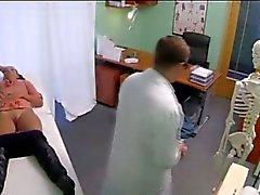 Bruentte пупсик трахается в поддельным больницу