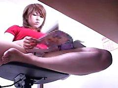Kåt kontorsarbetare sprider sina ben och leksaker genom henne u