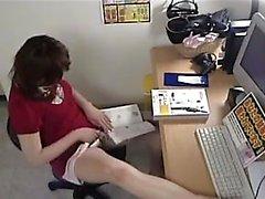 Azgın ofis çalışanı, bacaklarını ve oyuncaklarını o aracılığıyla yayar.