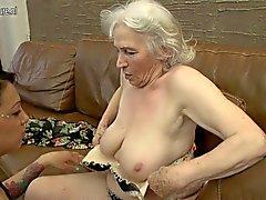 Karvaiset mummi päästä nuolee nuoren tytön