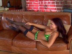 Die vollbusige Eva wird auf der Couch mit Strümpfen und Strapsen gefickt