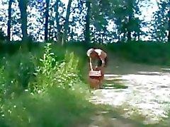 Söt teen och Gubben utomhus erotiska kön i skogen