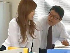 Asiatiska sekreterare från Tokyo med bum mjölk