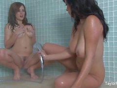 Грудастих пупсикки Тэйлор и Jelena принимайте душ