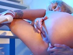 MILF hottie Julia Ann plays with her pussy